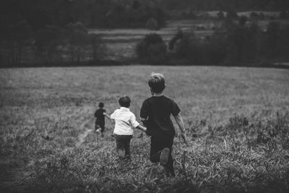 Játszó gyerekek a tarkarét vendégházban